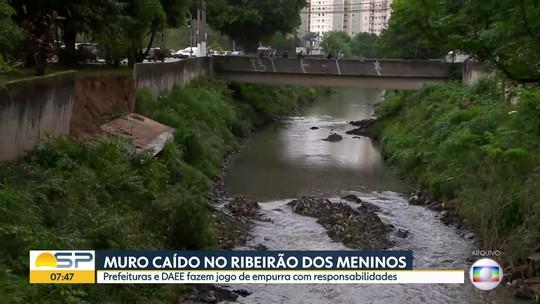 Muro continua caído na beira do Ribeirão dos Meninos, no ABC Paulista