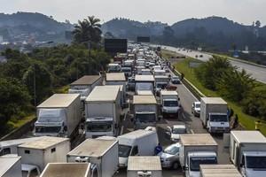 Caminhoneiros bloqueiam estrada