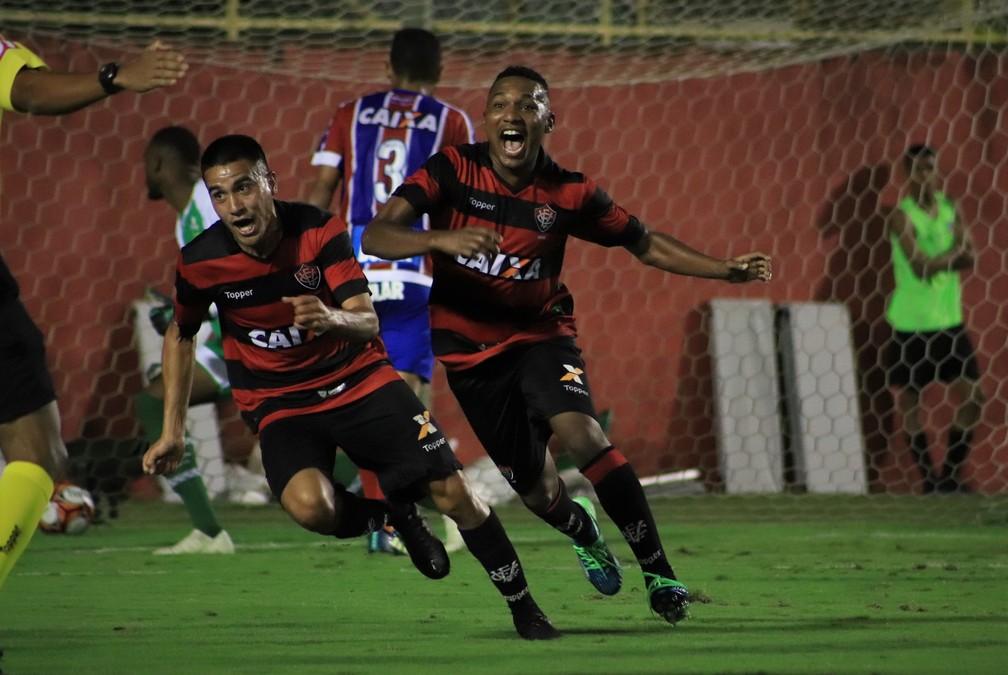 Eron e Arroyo comemoram um dos gols do Vitória no triunfo por 2 a 1 sobre o Bahia — Foto: Maurícia da Matta / EC Vitória / Divulgação