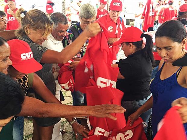 Manifestantes pegam coletes para participar de ato em defesa do governo da presidente Dilma Rousseff em Brasília  (Foto: Alexandre Bastos/G1)