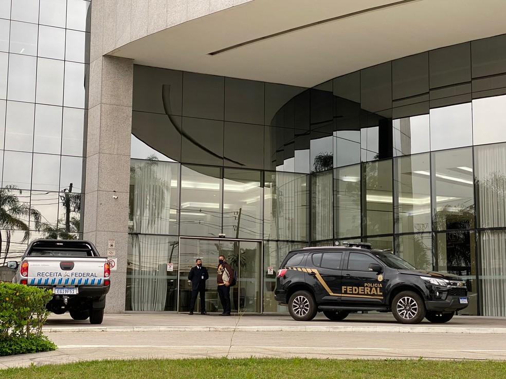 Agentes da PF cumprem mandos de busca e apreensão na sede da Empresa Global Medicamentos  — Foto: Abraão Cruz/TV Globo