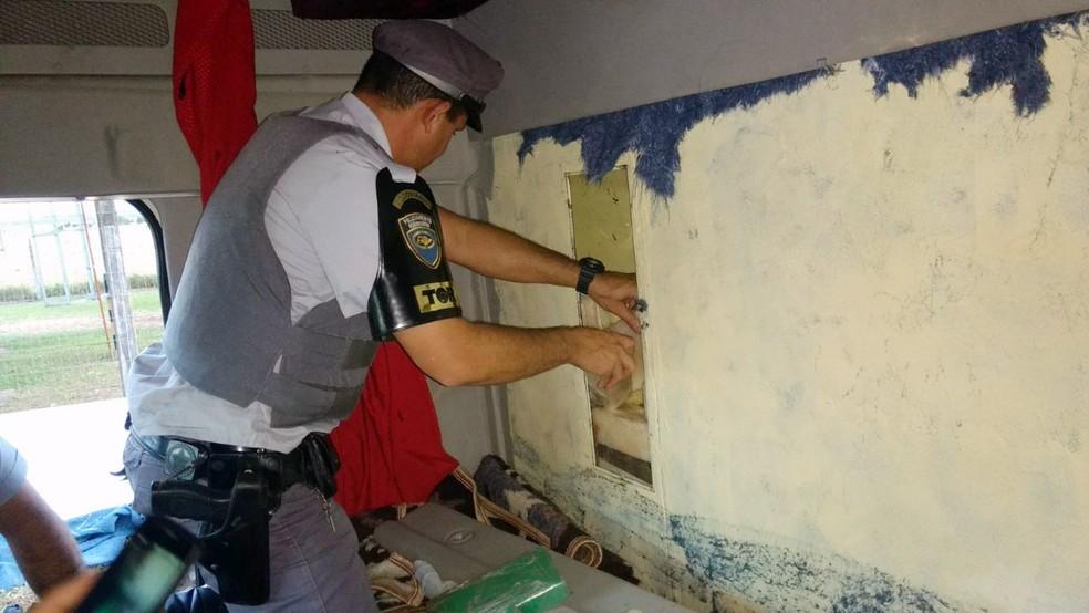 Droga foi localizada em um fundo falso do caminhão (Foto: Polícia Militar/Cedida)