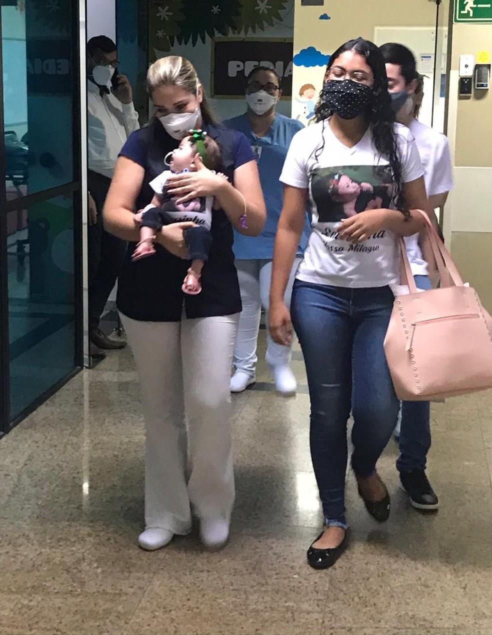 Laurinha deixou o hospital ao lado de funcionários e da mãe em São José do Rio Preto  — Foto: Divulgação/Austa Hospital
