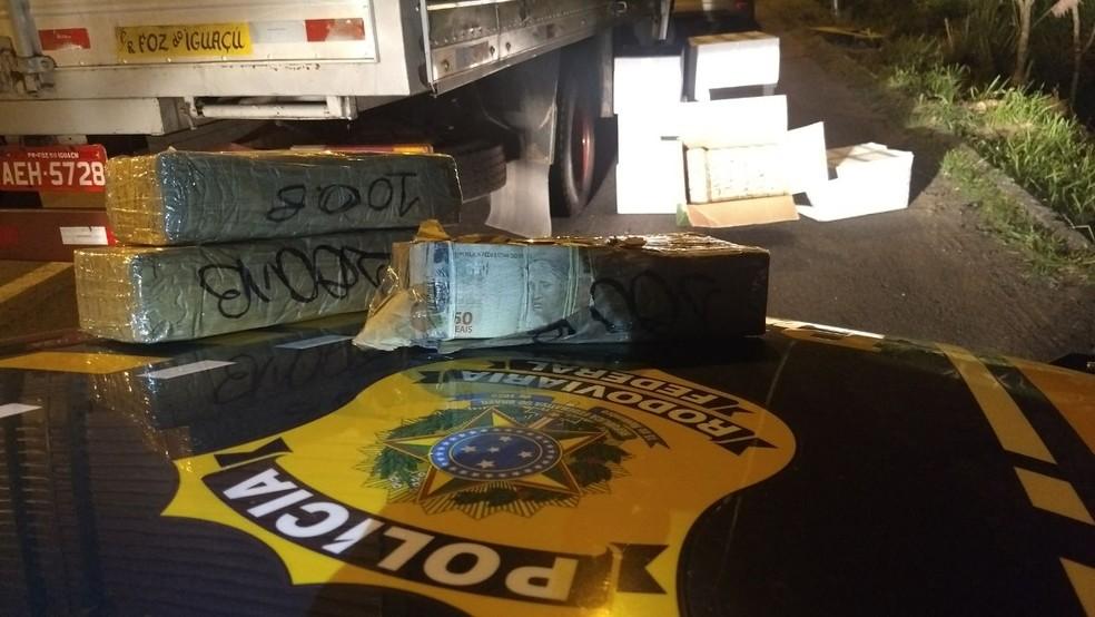 Cerca de R$ 12 milhões foram apreendidos pela PRF na noite de quinta-feira (2) na Região Metropolitana de Curitiba (Foto: PRF/ Divulgação)