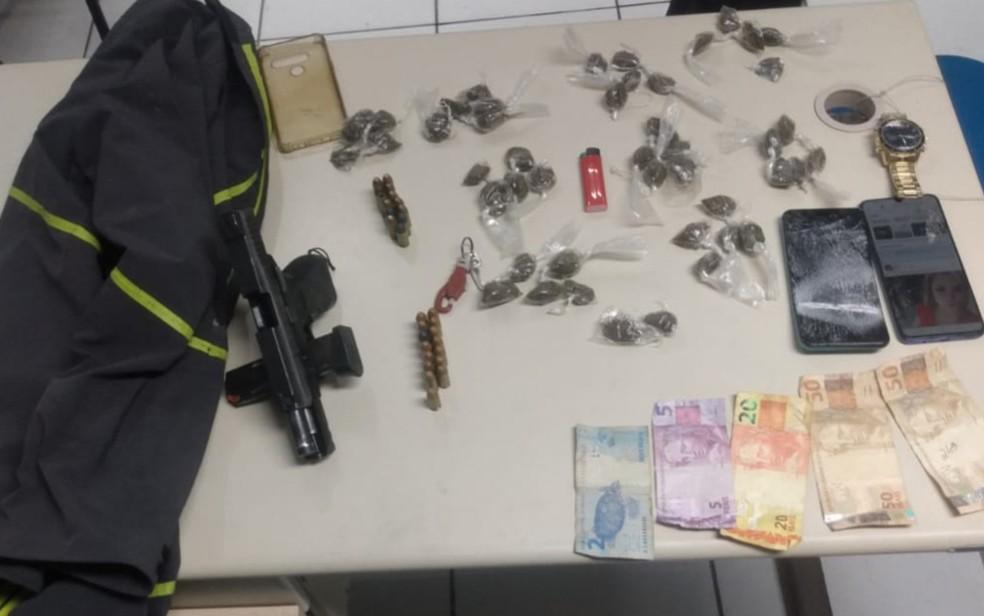 Drogas, arma, dinheiro e munições foram encontrados com suspeito de matar o policial civil Joel dos Santos, em Salvador — Foto: Divulgação/Polícia Civil