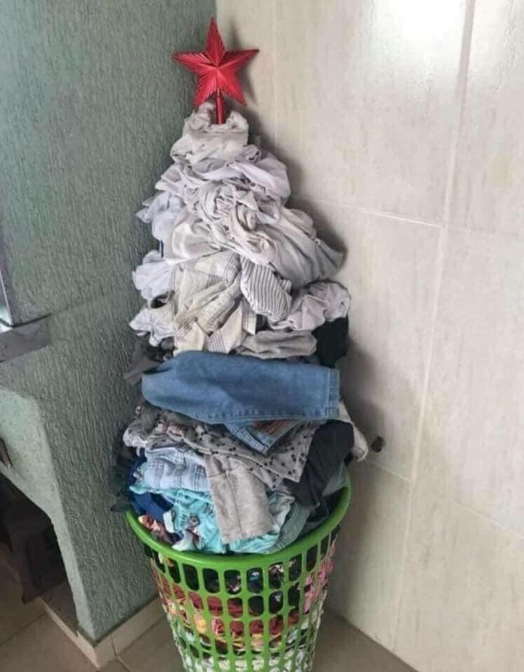 Árvore de Natal feita de roupa para lavar (Foto: Reprodução Facebook)