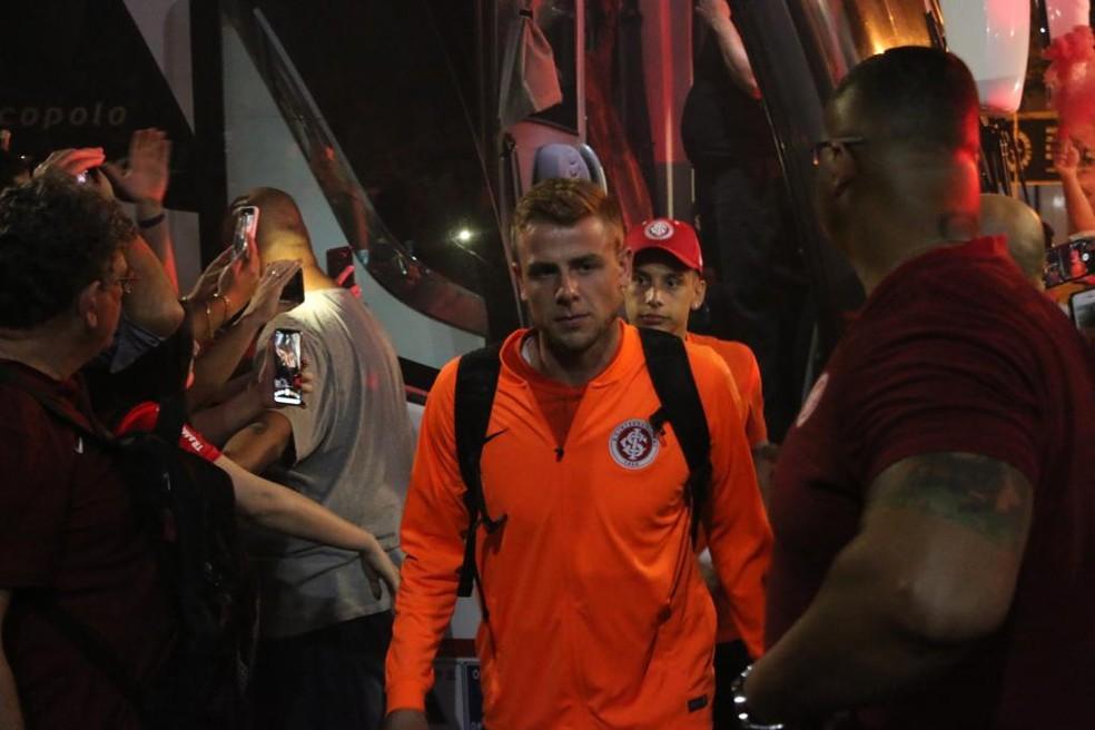 Klaus, na chegada do Inter a Curitiba — Foto: Eduardo Deconto