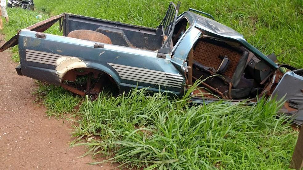 Três pessoas ficaram feridas após carros baterem de frente na PR-239, na tarde deste sábado (30) (Foto: Polícia Rodoviária Estadual/Divulgação)