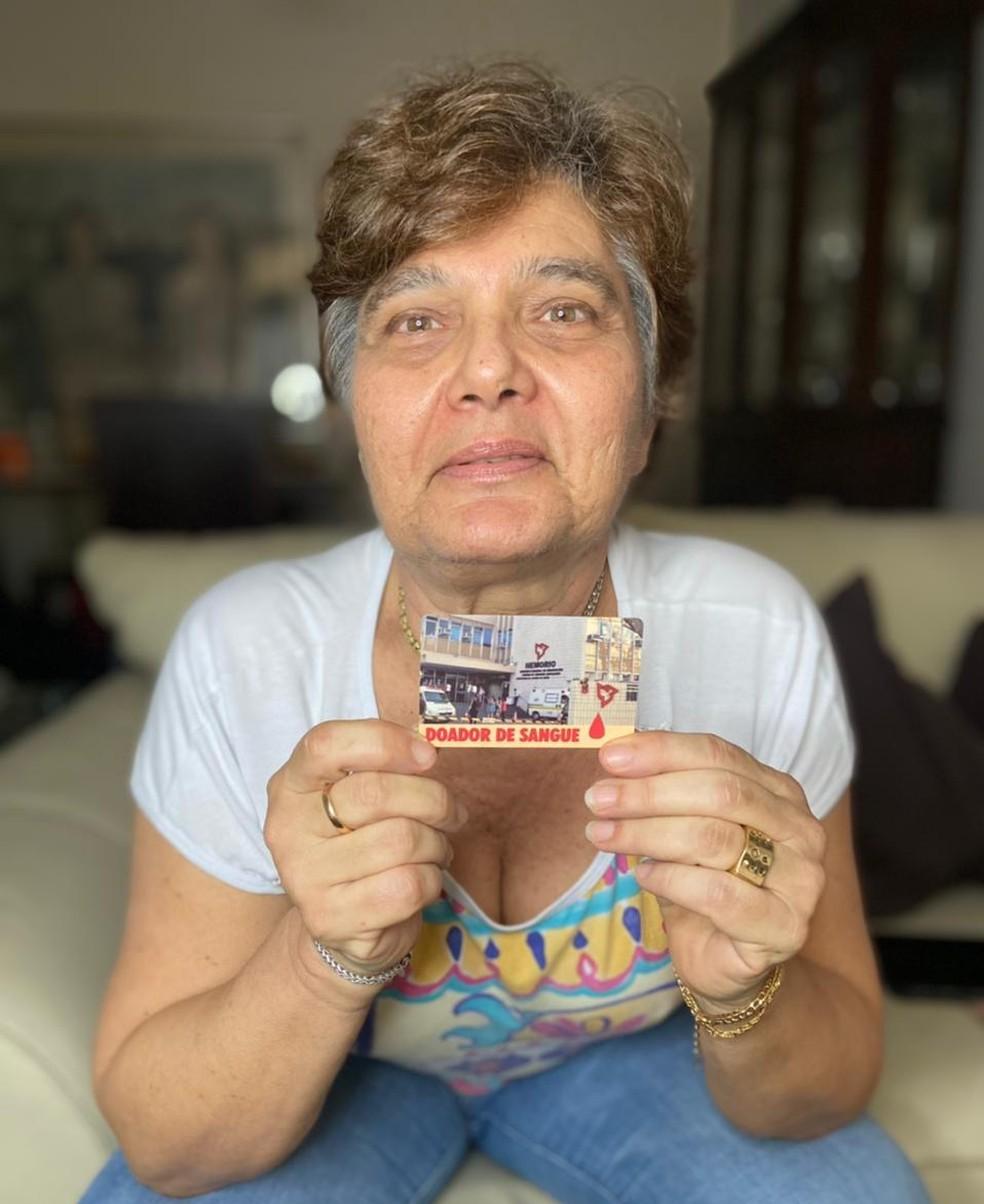 Valéria Esteves Netto e seu cartão de doadora: há 25 anos em atividade no Hemorio — Foto: Divulgação/Arquivo Pessoal