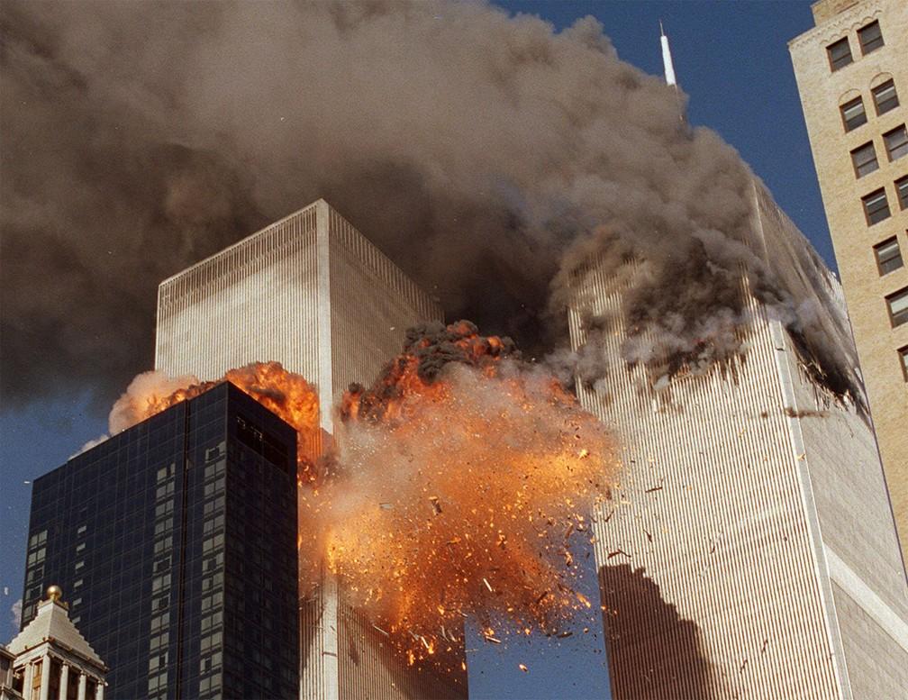 A segunda torre do World Trade Center é atingida por avião e explode em chamas durante atentado do 11 de Setembro em Nova York — Foto: Chao Soi Cheong/AP/Arquivo