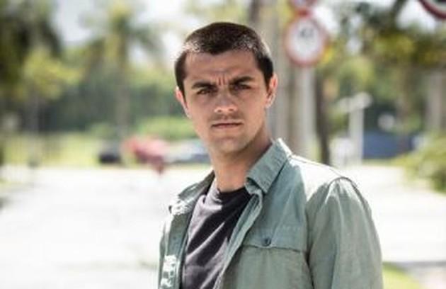Na quinta-feira (30), após a passagem de um furação, Téo (Felipe Simas) salvará Luna da correnteza e se desesperará ao vê-la desacordada (Foto: TV Globo)