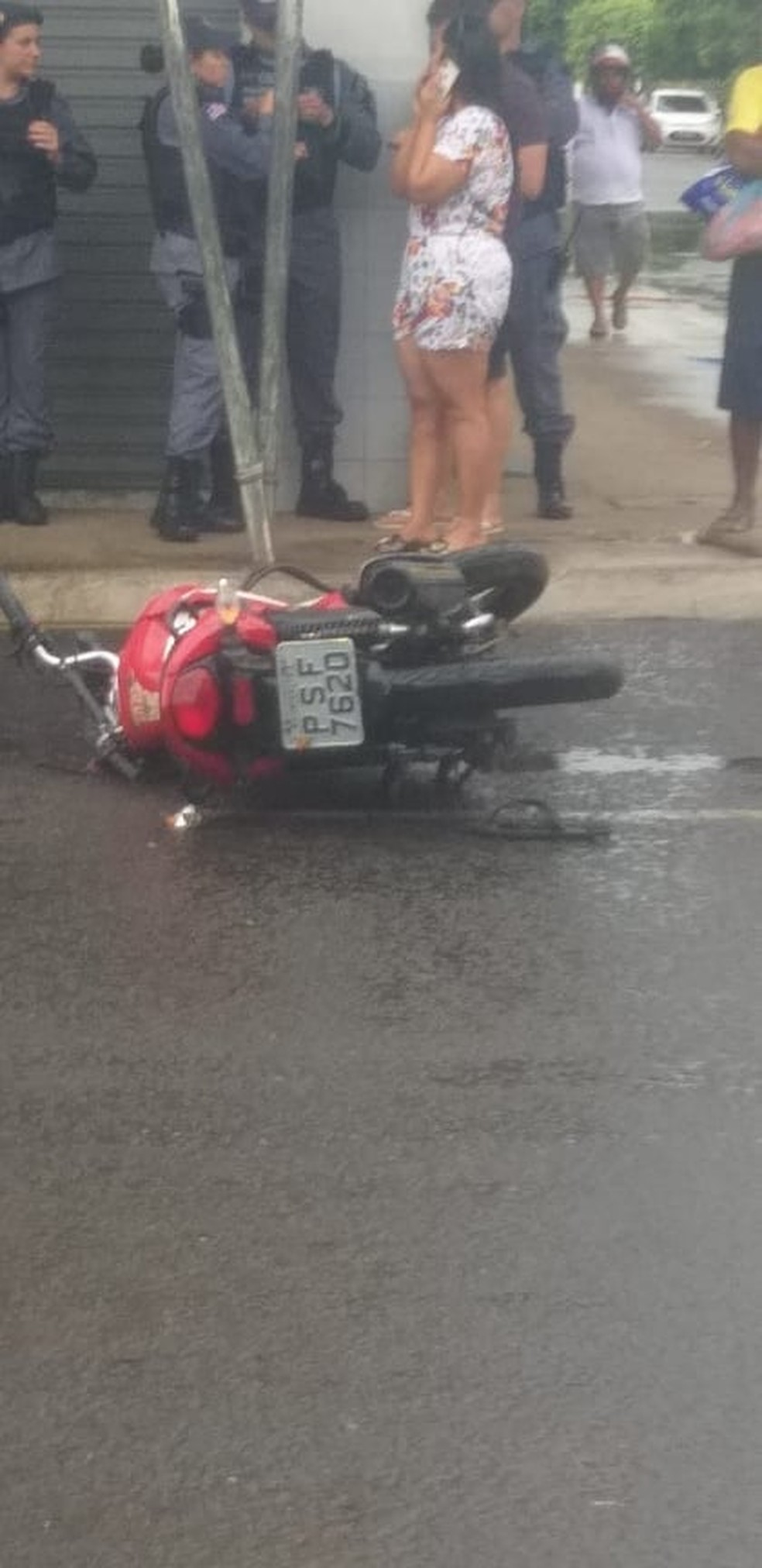 Após o forte impacto, Fabiano Freitas caiu da motocicleta, quebrou o pescoço e morreu minutos depois — Foto: Divulgação