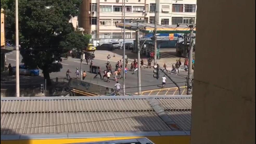 Torcedores de Flamengo e Fluminense briga, perto do Maracanã — Foto: Globoesporte.com