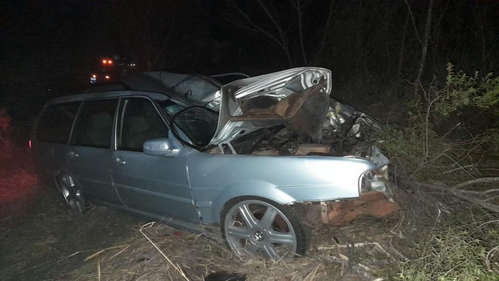 Segundo a polícia, acidente ocorreu quando carro fez ultrapassagem em rodovia de Itapeva — Foto: Jornal No Alvo/Divulgação
