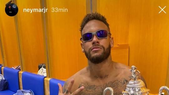 Neymar festeja título de sunga em vestiário: 'Põe mais um na conta'