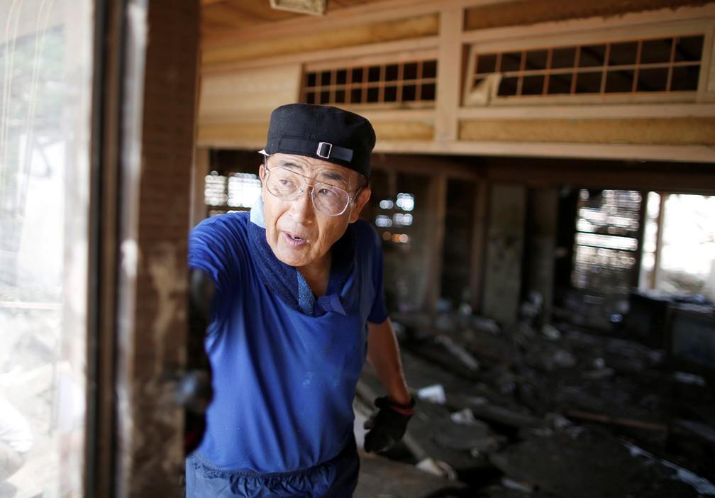 -  Residente tenta limpar lama e tirar escombros de sua casa atingida pelas enchentes na cidade de Mabi, no Japão  Foto: Issei Kato/Reuters