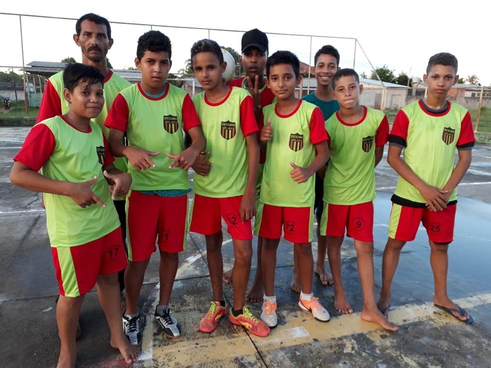 José Edvaldo e alguns de seus alunos da Escolinha Play (Foto: Arquivo pessoal)