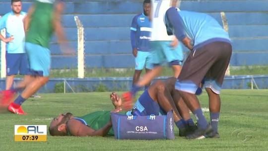 Atacante do CSA, Alecsandro sofre fratura na tíbia e está fora do Campeonato Brasileiro