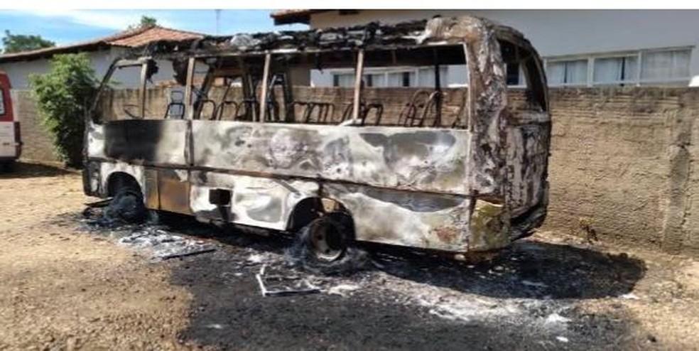 Ônibus foi incendiado na garagem municipal de Lajeado — Foto: Divulgação