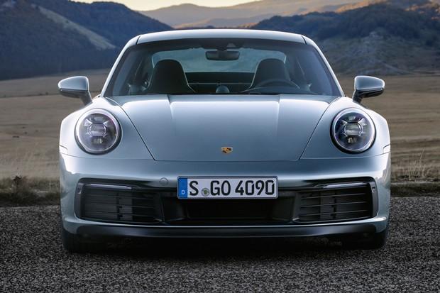 Novo 911 manteve os faróis redondos, abandonados apenas pelo 996 (Foto: Divulgação)