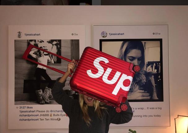Jessica Hart e sua Topas da dobradinha Rimowa x Supreme (Foto: Reprodução/Instagram)