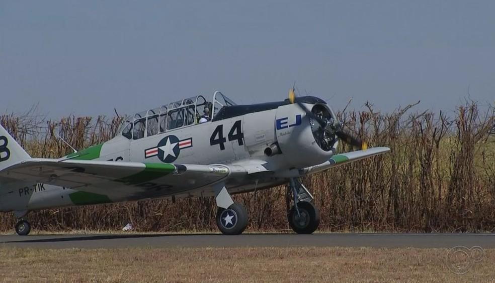 Aeronave que pertenceu a marinha dos EUA foi usada nas apresentações no evento em Itápolis  — Foto: TV TEM/ Reprodução