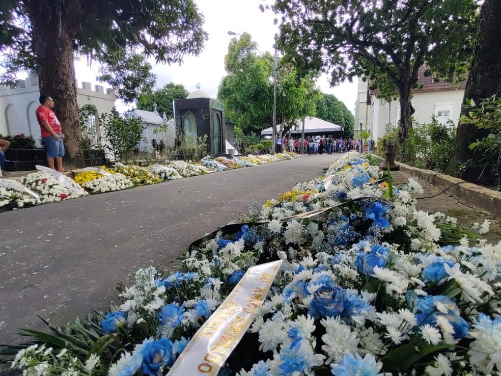 Enterro de Arlindo Jr. ocorreu no cemitério São João Batista — Foto: Eliana Nascimento/G1 AM
