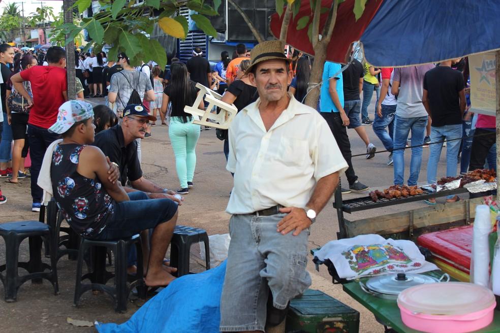 Católico, o funcionário público deixou as diferenças religiosas de lado e aproveitou a Marcha para vender espetinhos (Foto: Pedro Bentes/ G1)