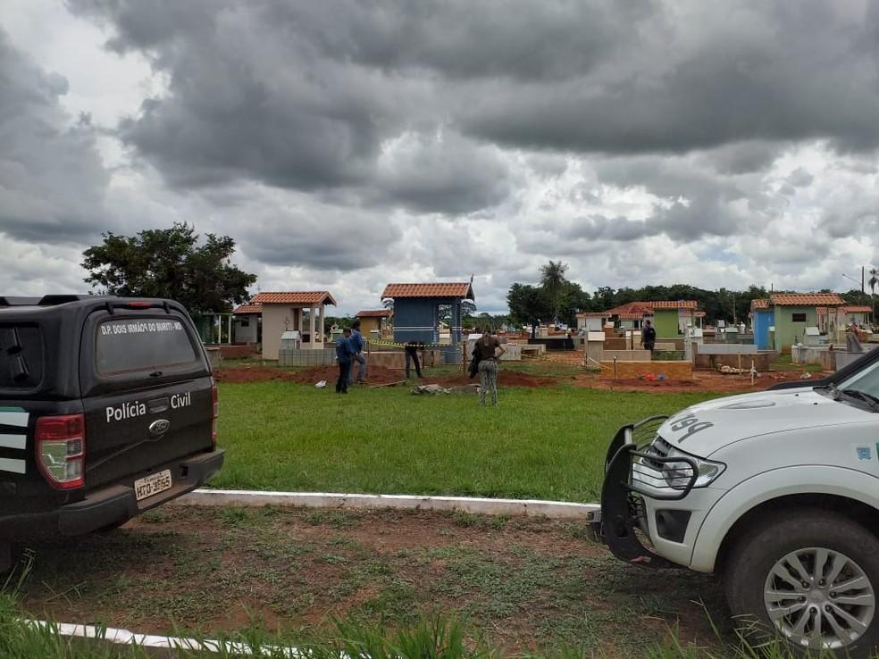 Polícia no cemitério de Dois Irmãos do Buriti — Foto: Buriti News