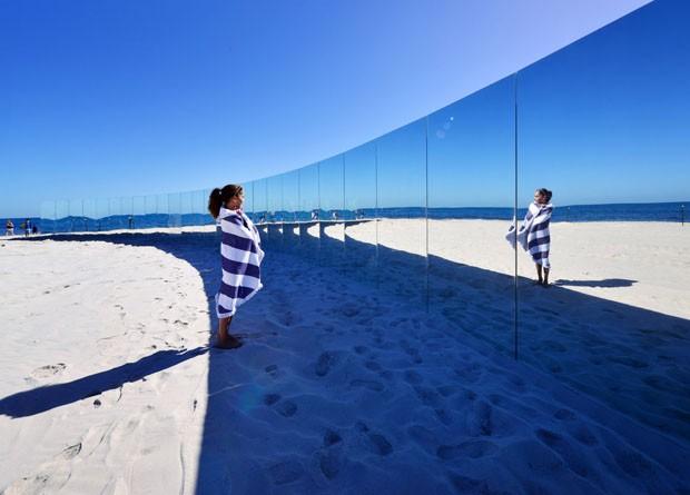 Parede espelhos cria ilha deserta artificial em praia australiana (Foto: Divulgação)