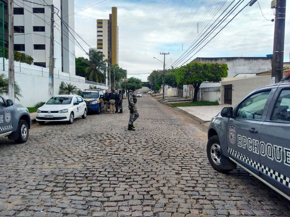 Rua Frei Henrique Coimbra, que fica no bairro de Candelária, ficou movimentada logo cedo com a presença dos PMs do BPChoque, da PRF e equipes de reportagem (Foto: Marksuel Figueredo/Inter TV Cabugi)