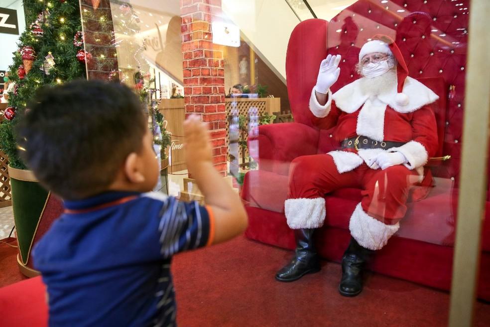 Com pandemia, crianças devem ficar separadas do Papai Noel por uma barreira de vidro — Foto: Helene Santos/SVM