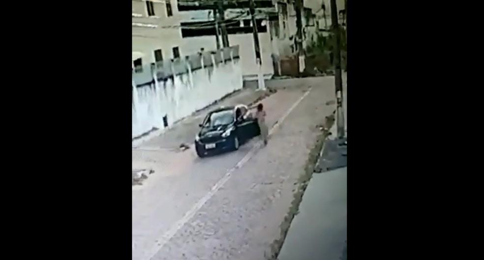Motorista deixa local de acidente após atropelar adolescente de 14 anos. — Foto: Reprodução