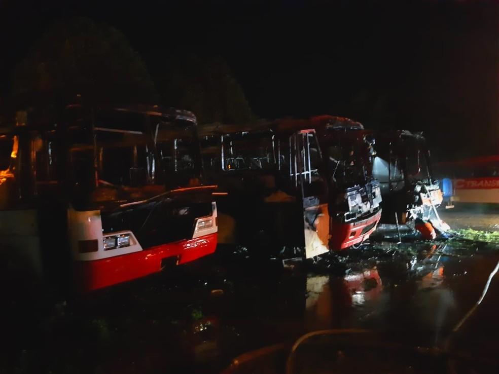 Três ônibus ficaram completamente destruídos — Foto: Divulgação/CBMAM