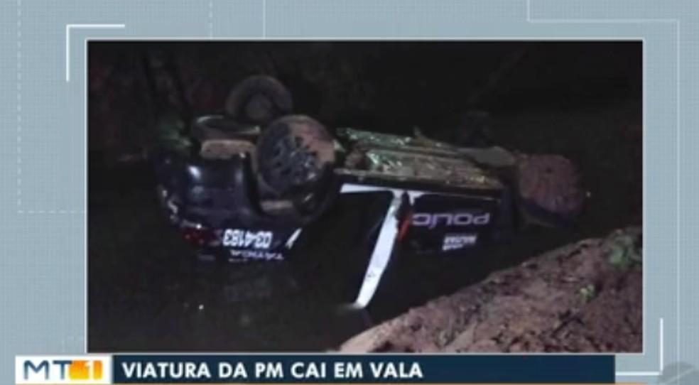 Viatura fica com rodas para cima após acidente durante perseguição a assaltante em MT — Foto: Reprodução/TVCA