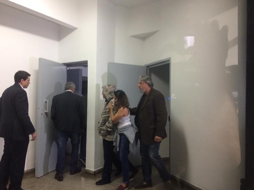 Mãe da namorada do ator Rafael Miguel chega ao 98° DP para depor — Foto: Abrahão Cruz/TV Globo