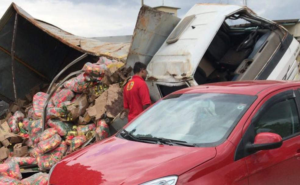 Alimentos espalhados após caminhão capotar em via do Complexo Penitenciário da Papuda (Foto: CBMDF/Divulgação)