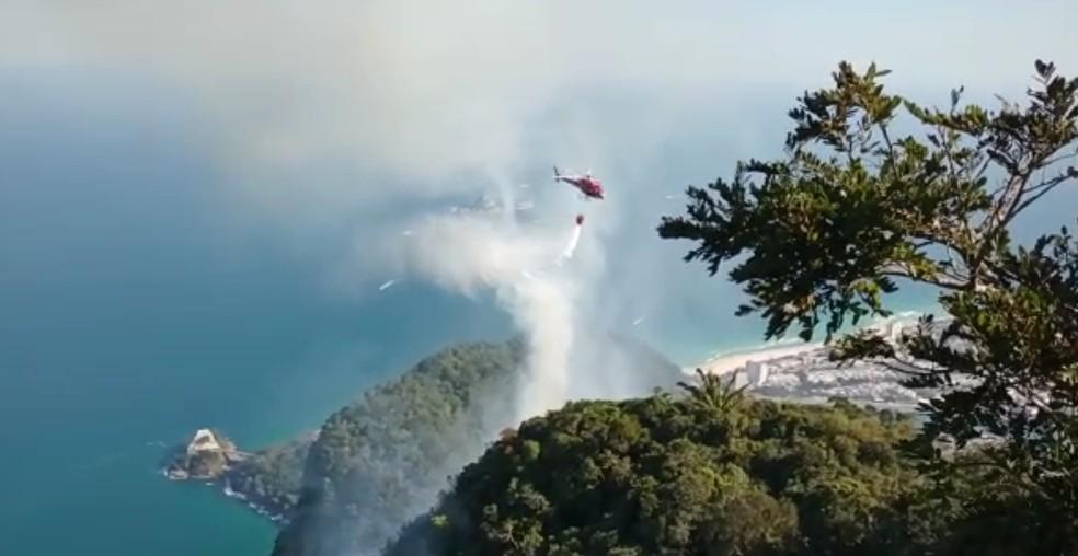Bombeiros combatem fogo na Pedra da Gávea — Foto: Divulgação/Parque Nacional da Tijuca
