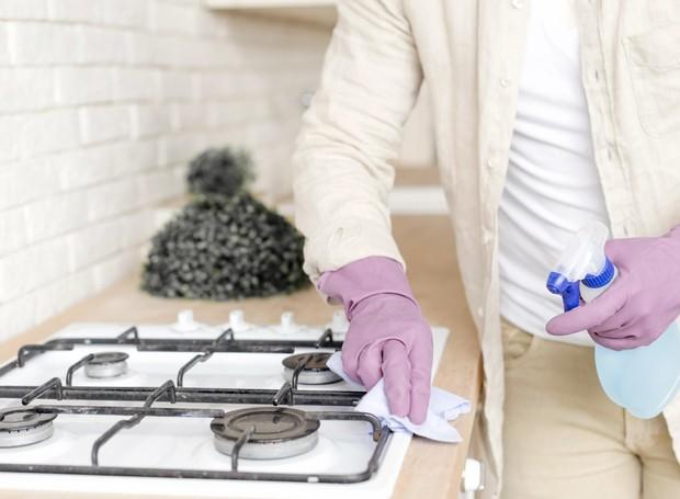 O ideal é limpar o fogão sempre após o uso para não acumular gordura e sujeira, o que facilita a faxina mais pesada (Foto: Freepik / CreativeCommons)