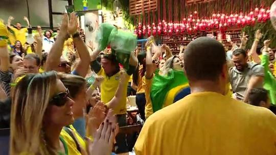 Torcedores lotam bares para comemorar a vitória do Brasil