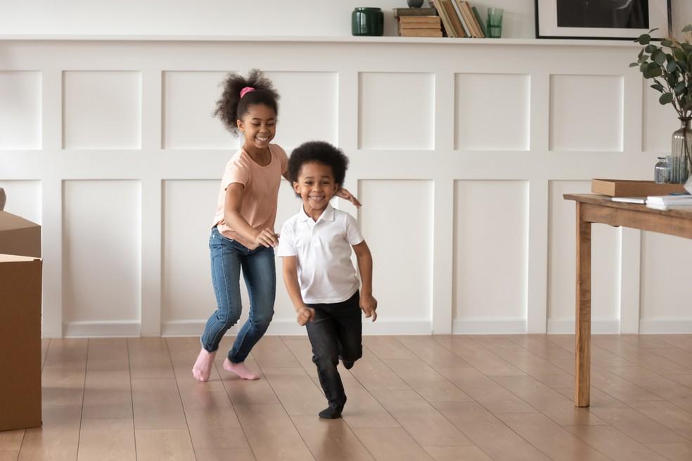 Crianças precisam ficar ativas na quarenta, o que pode envolver realizar brincadeiras, e não apenas atividades físicas — Foto: Istock Getty Images