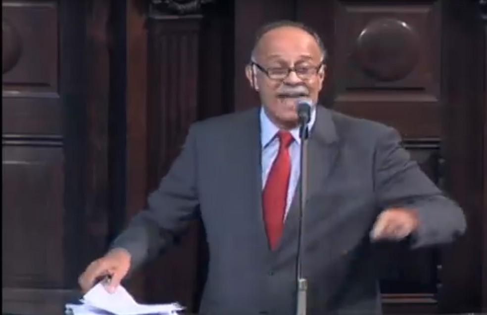 Paulo Ramos (PSOL) discursa na Alerj (Foto: Reprodução/Tv Alerj)