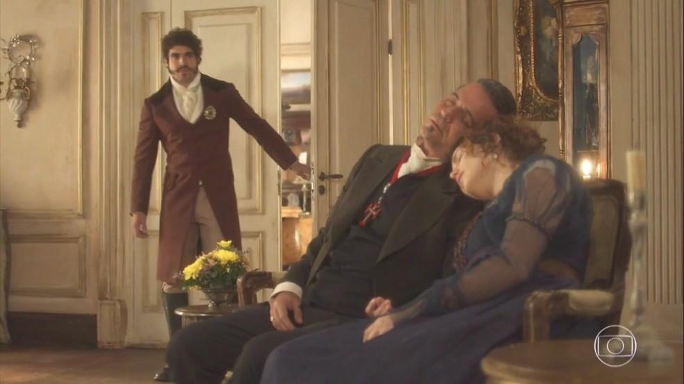 Dom Pedro (Caio Castro) flagra Leopoldina (Letícia Colin) e Bonifácio (Felipe Camargo) dormindo juntos, em 'Novo Mundo' — Foto: TV Globo