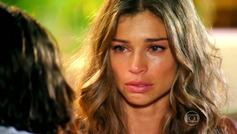 Ester (Grazi Massafera) fica arrasada com notícia sobre Cassiano (Henri Castelli), em 'Flor do Caribe' — Foto: Globo