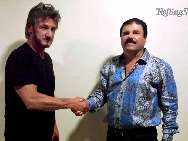 O ator e ativista Sean Penn posa em cumprimento com o traficante mexicano Joaquin 'El Chapo' Guzman, em foto não datada divulgada pela revista 'Rolling Stone' no domingo (10). A revista publicou uma entrevista que Penn fez com o contrabandista (Foto: Reuters/Rolling Stone)