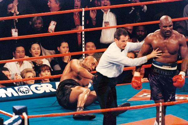 Mike Tyson caído em sua primeira luta oficial contra Evander Holyfield, em 1996 (Foto: Getty Images)