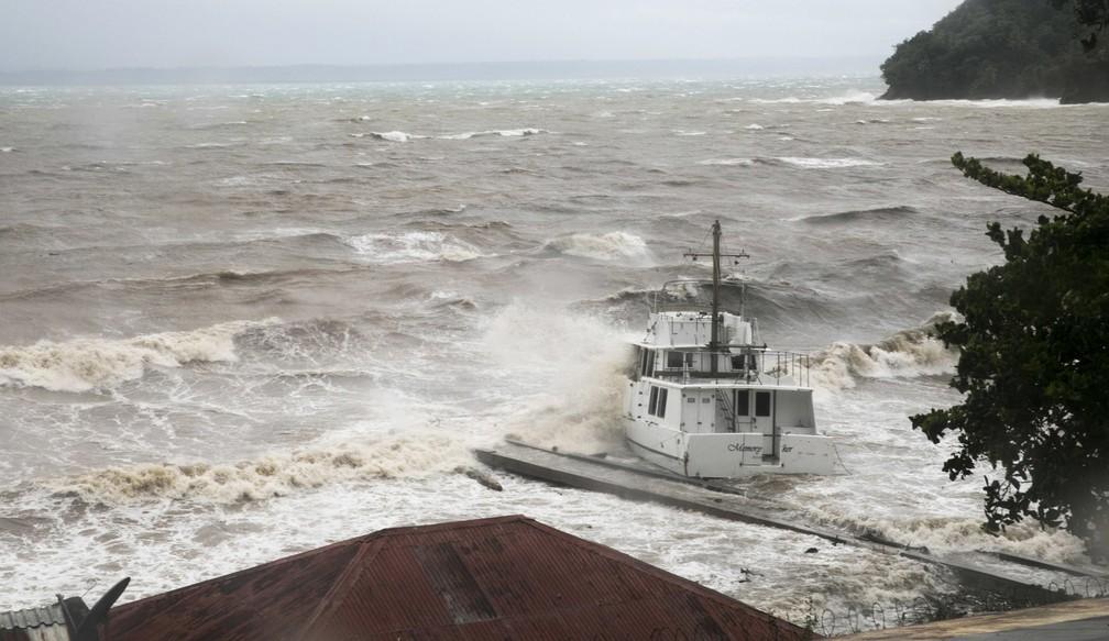Ondas batem contra um barco perto da costa enquanto o furacão Irma passa sobre Samaná, na República Dominicana (Foto: Tatiana Fernandez/AP)