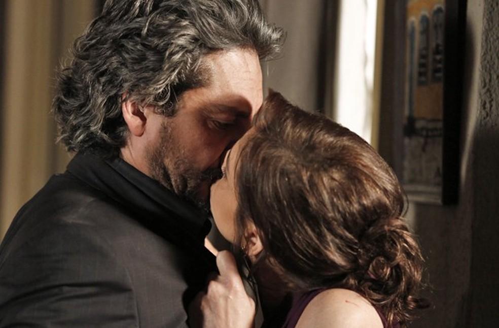 Cora (Drica Moraes) beija José Alfredo (Alexandre Nero) durante discussão - 'Império' — Foto: Inácio Moraes/Globo