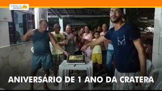 Preocupados, moradores ironizam e usam bolo para 'comemorar' um ano do surgimento de cratera misteriosa na Bahia