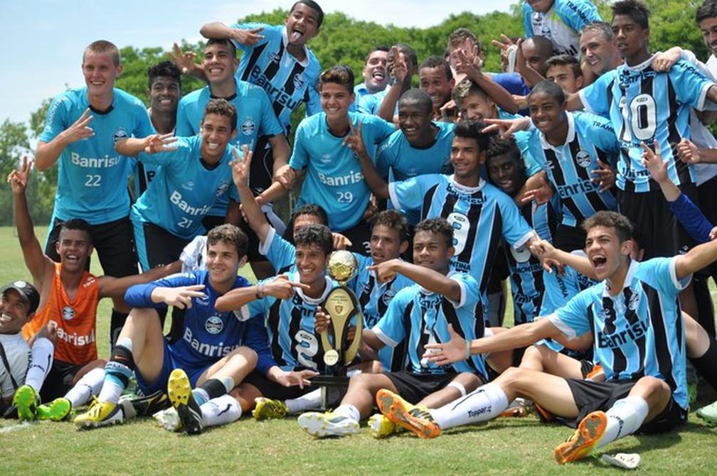 Grêmio campeão gaúcho sub-15 com Tiago Nunes e Jean Pyerre (canto superior direito da foto) — Foto: Rodrigo Fatturi/Grêmio